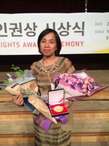 Latifah Anum Siregar saat menerima The 2015 Gwangju Prize for Human Rights